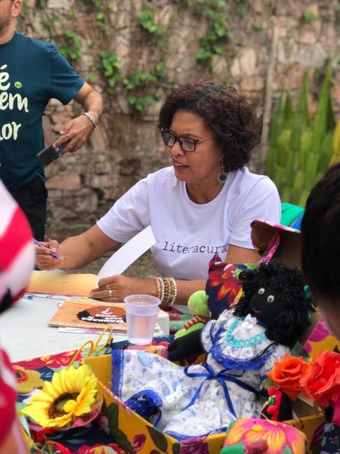 Educadora incentiva o hábito da leitura por meio da doação de livros