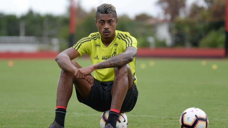 Flamengo renova com Bruno Henrique e confirma saída de Marí
