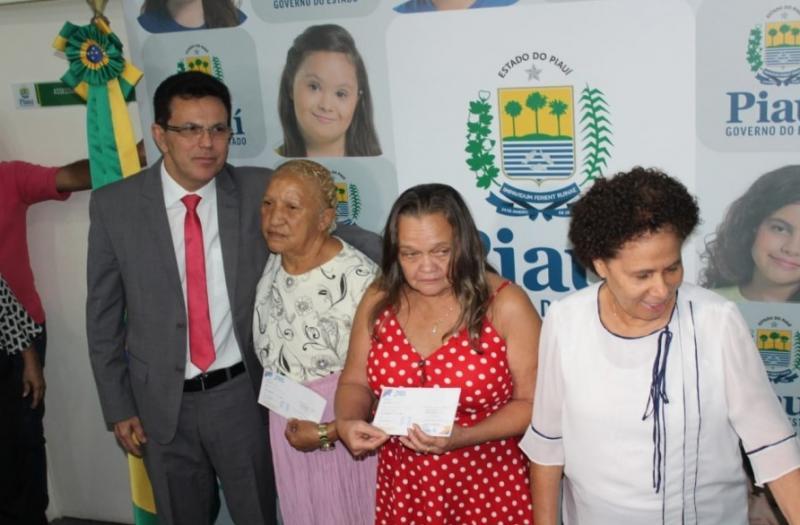 Sasc entrega primeiras carteirinhas do passe livre do idoso intermunicipal