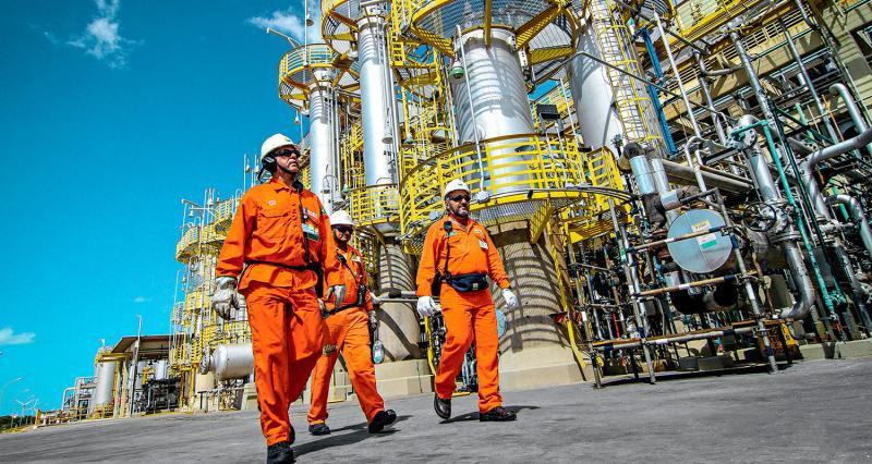 Petroleiros iniciam greve e Petrobras quer garantir abastecimento