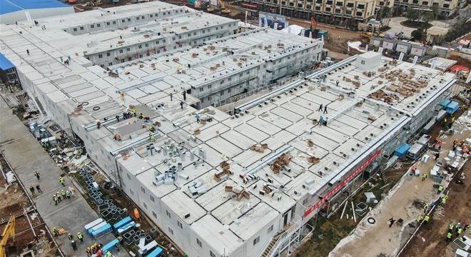 China constrói hospital em apenas dez dias para receber pacientes