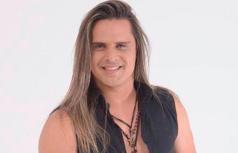 Ex-Calcinha Preta, Marlus Viana canta na rua para ajudar músico