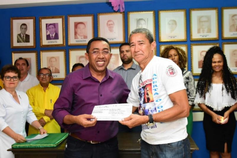 Joel concede repasse financeiro para agremiações carnavalescas de Floriano