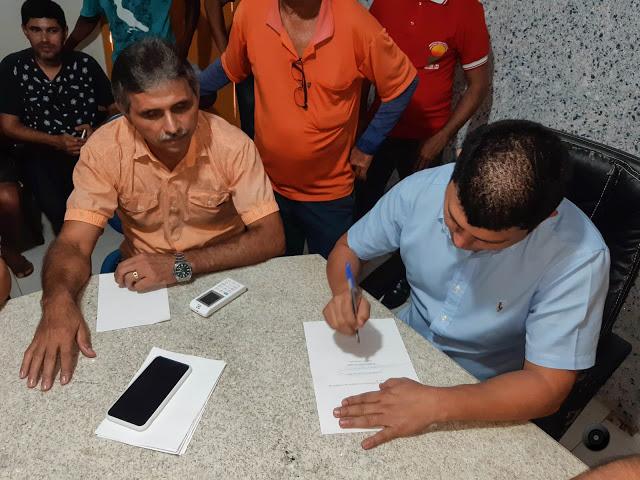 Prefeito Rubens Vieira assina ordem de serviço para construção de estádio