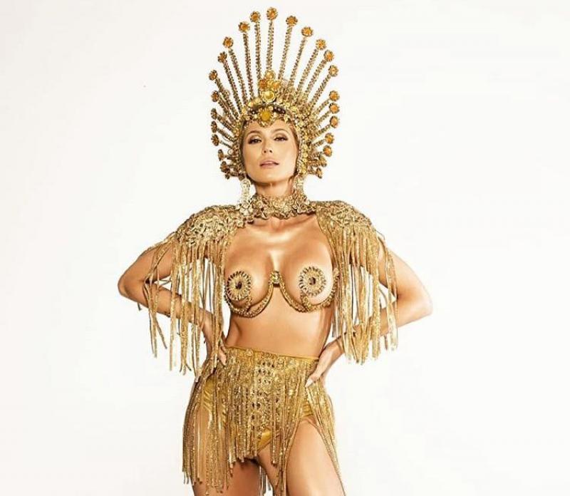 Lívia Andrade rouba a cena com look carnavalesco dourado e sexy