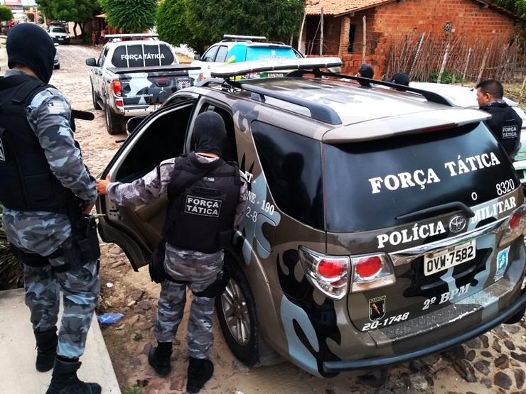 Homem foge em carro roubado e troca tiros com a polícia no Piauí