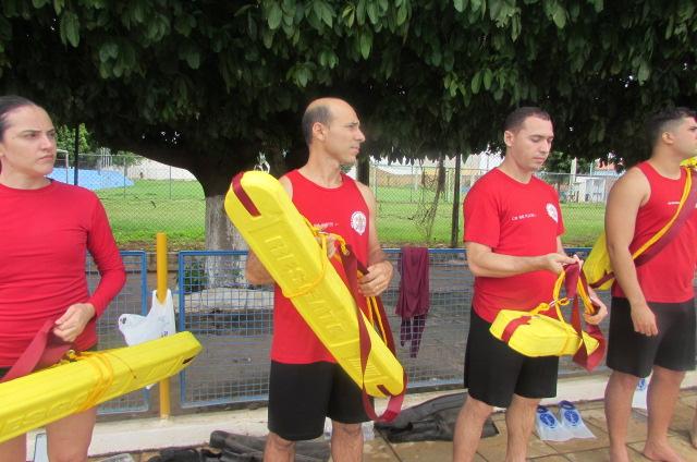 Bombeiros participam de treinamento aquático na AABB de Picos