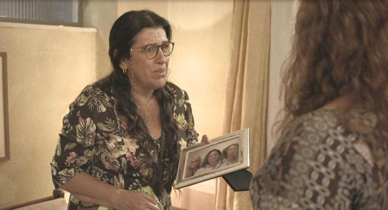 Lurdes confronta Eunice e se apavora ao ver uma foto dela com Kátia