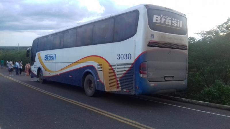 Após colidir com ônibus, mulher tem corpo esmagado e morre na PI-141