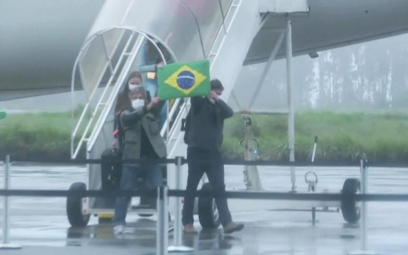 Brasileiros que estavam na China chegam ao Brasil