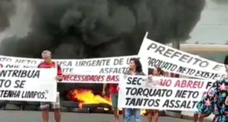 Moradores fazem protesto por segurança e construção de galeria