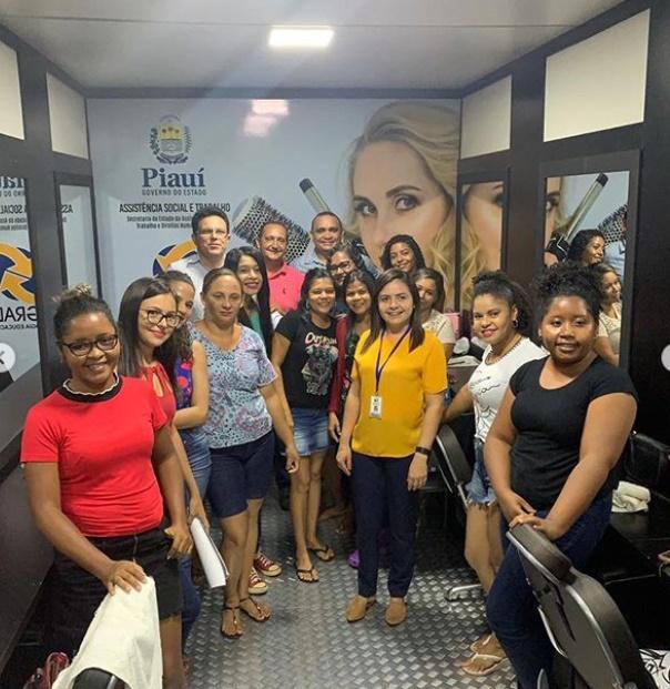 Zé Santana visita alunos do Caminhão da Cidadania em Batalha