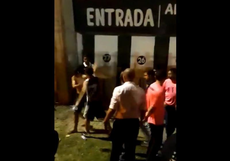 Jovem é agredido e obrigado a tirar camisa do Flamengo em jogo do Vasco