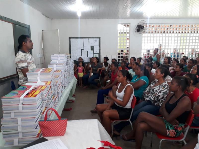 Entrega de livros didáticos na E. M. Joca Batista Vila Carolina