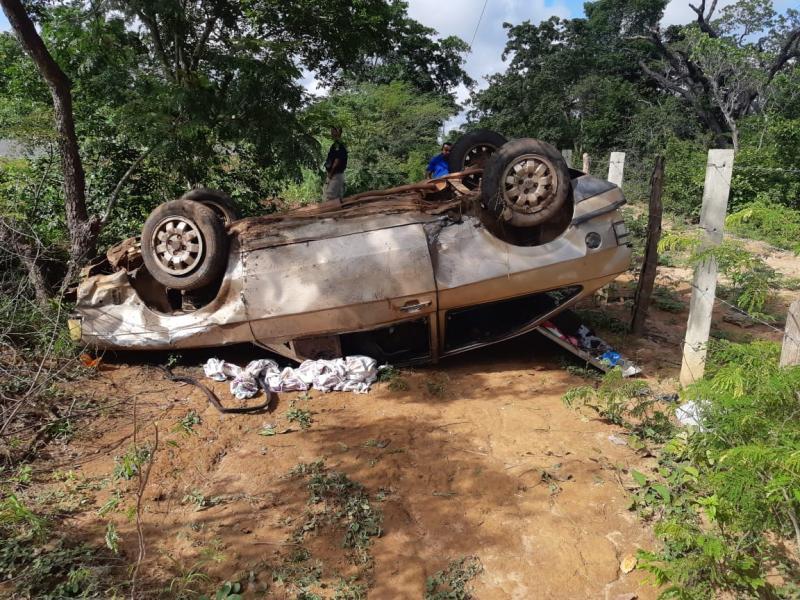 Carro capota na BR 343 e deixa feridos após motorista dormir ao volante