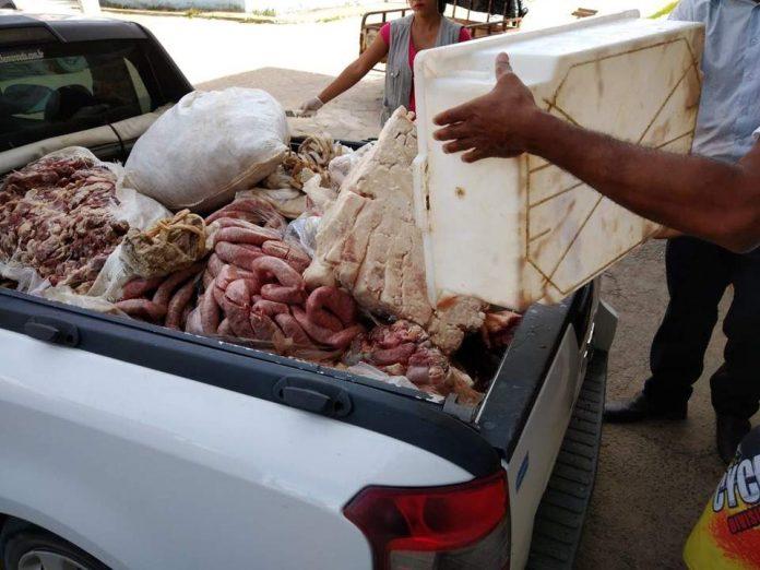 Açougue é interditado após larvas e pelos serem encontrados em carne