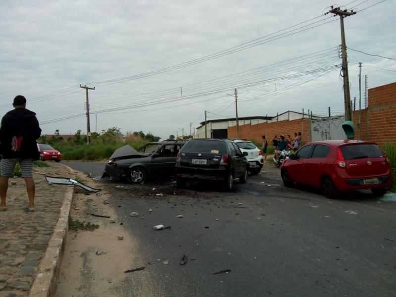 Carro sobe canteiro, derruba poste e colide em outros dois veículos