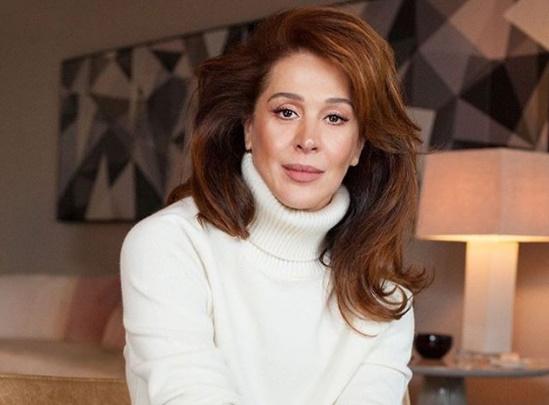 Claudia Raia posa completamente nua e famosas elogiam