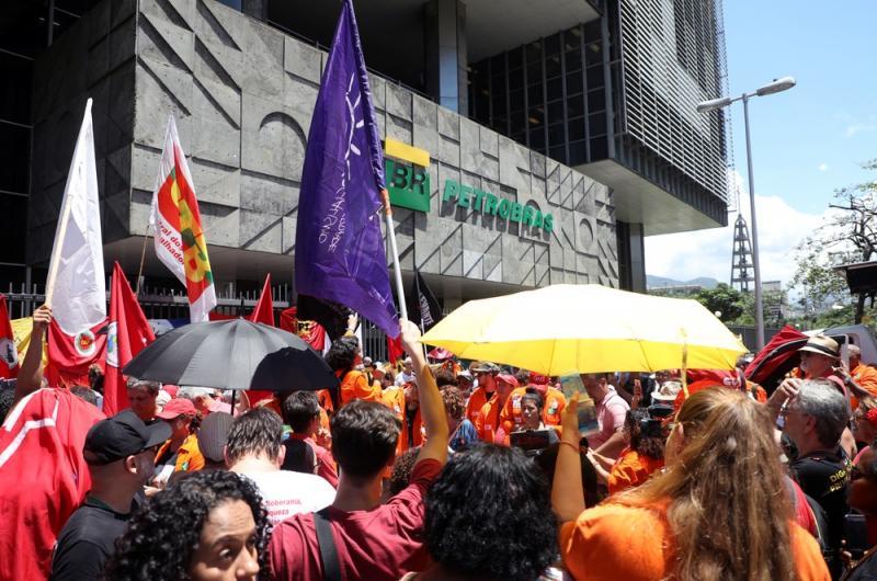 Petroleiros irão recorrer de decisão de ministro do TST e greve continua