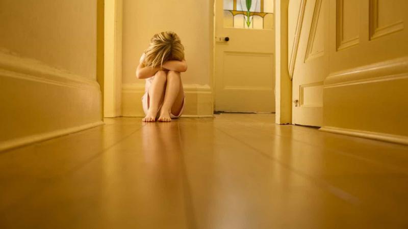Mãe permitiu que filha de 9 anos fosse violada por amigos durante um ano