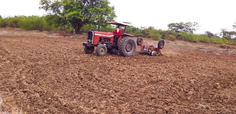 Prefeitura de Joaquim Pires promove trabalhos de aração de terras