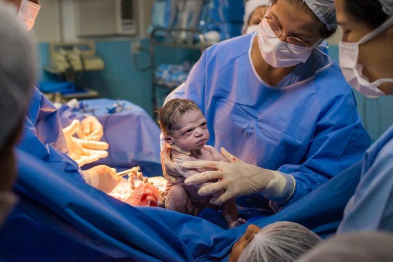 Bebê nasce 'brava' e foto viraliza. 'Nasceu um meme pronto', diz mãe