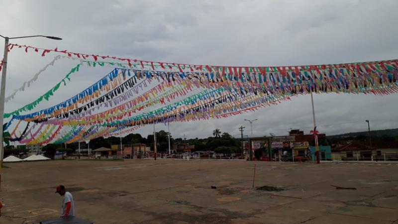 Praça de evento está sendo enfeitada para carnaval 2020