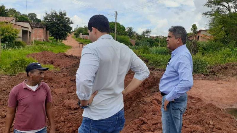 Prefeito acompanha obra de drenagem no bairro Morro do Pequi em Corrente