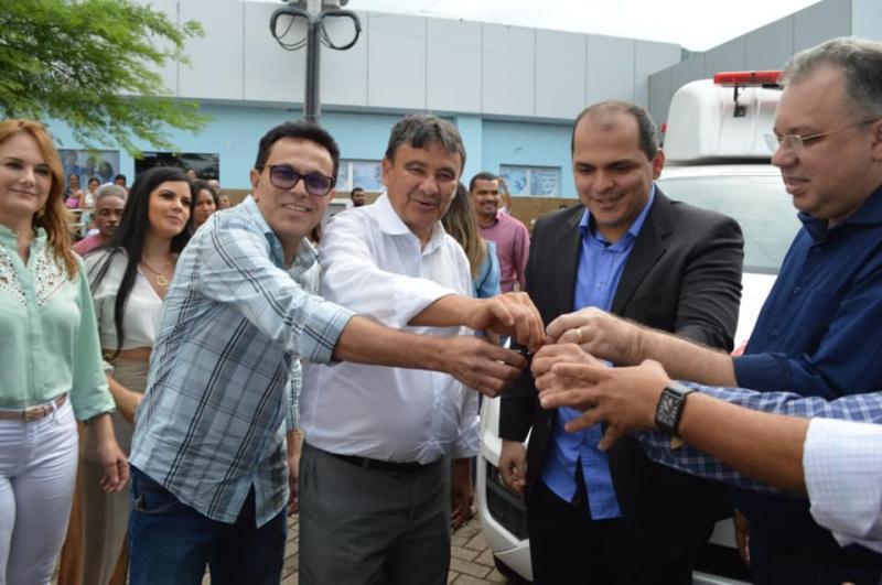 Santana participa da inauguração da nova estrutura do hospital de Uruçuí