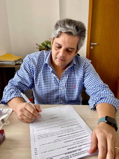 Prefeito Robertinho assina contrato para construção de praça em Miguel Leão