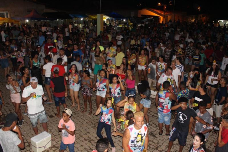 Show musical, blocos e folia animam 2º dia de carnaval em Francinópolis