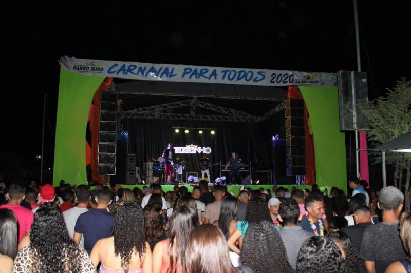 Tetezinho e Fran Mel empolgam no domingo de carnaval em Barro Duro