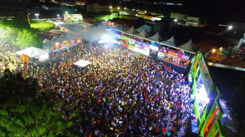 Terceiro dia de carnaval em Água Branca tem desfile e grandes bandas