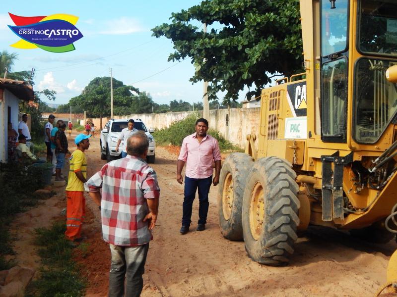 Prefeito Dr. Manoel Júnior fiscaliza terraplanagem na rua Ulisses Rodrigues