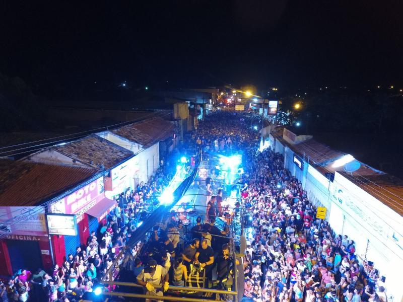 Avinne Vinny anima multidão de foliões na terceira noite de carnaval