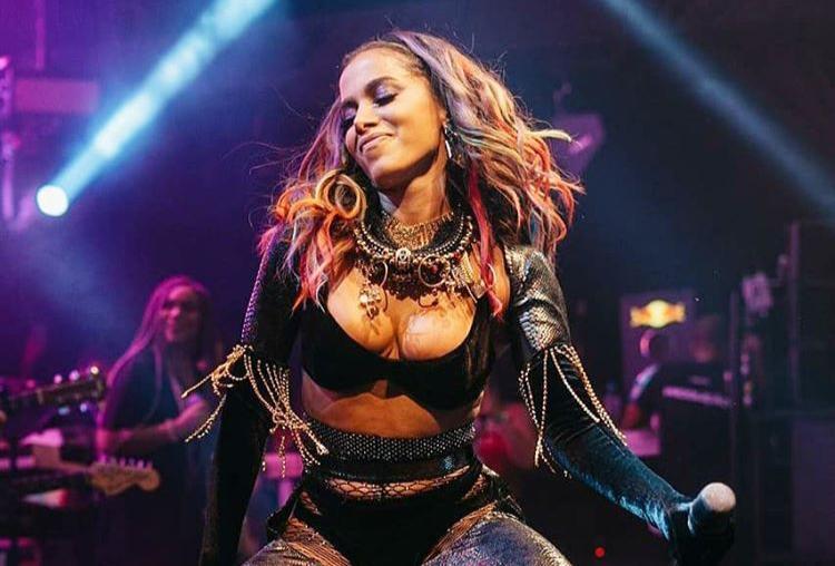 Anitta passa mal durante show e não termina apresentação