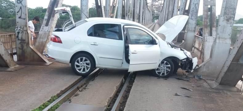 Carro bate na Ponte Metálica e engarrafa Ponte da Amizade