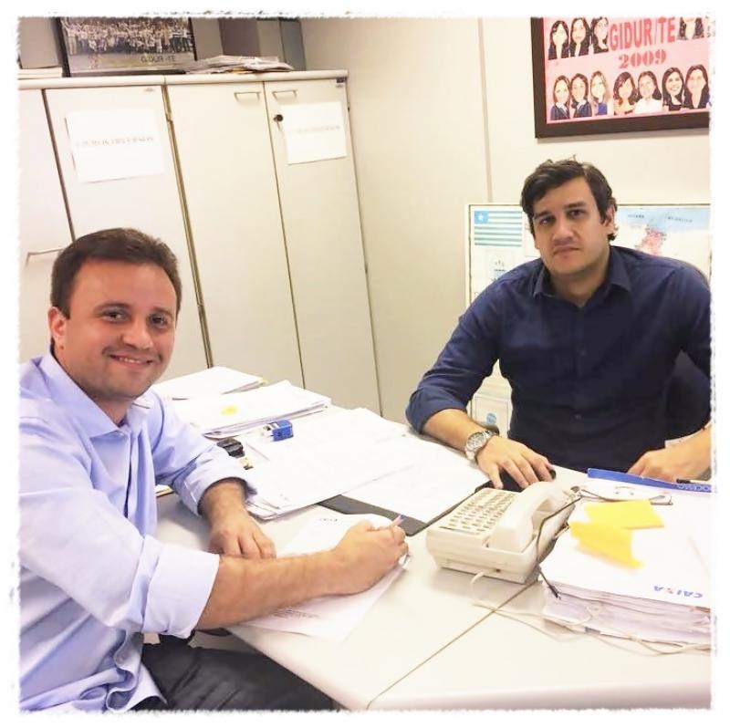 Prefeito de São Pedro assina contrato para aquisição de dois tratores agrícolas