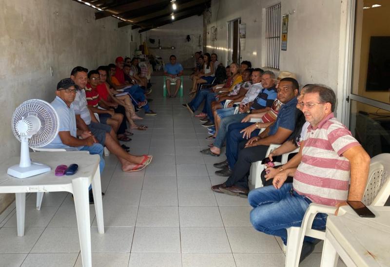 Dr Fabiano Araújo realiza reunião com lideranças em sua residência