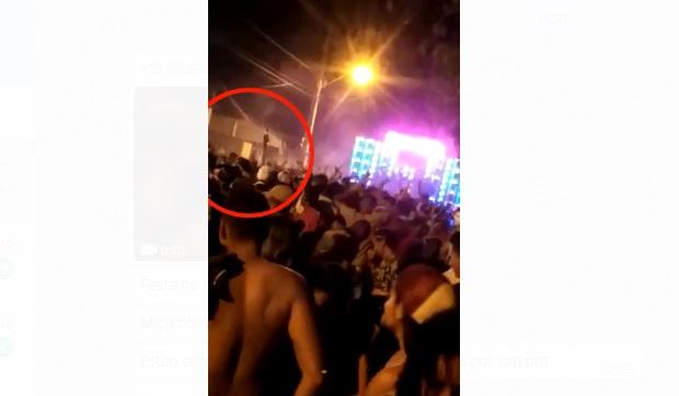 Policial saca arma e efetua disparos em prévia de carnaval em Teresina; vídeo