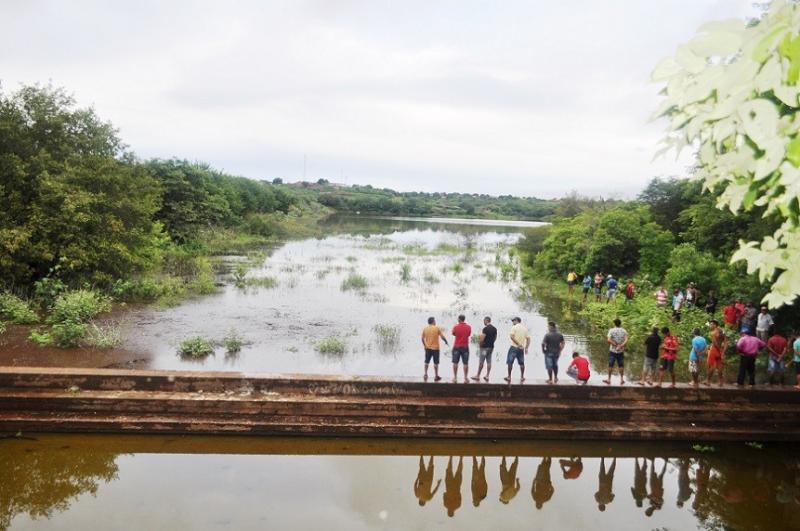 Após chuvas, barragem de Avelino Lopes transborda