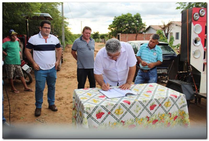 Prefeito Silva Júnior assina ordens de serviço para a realização de obras