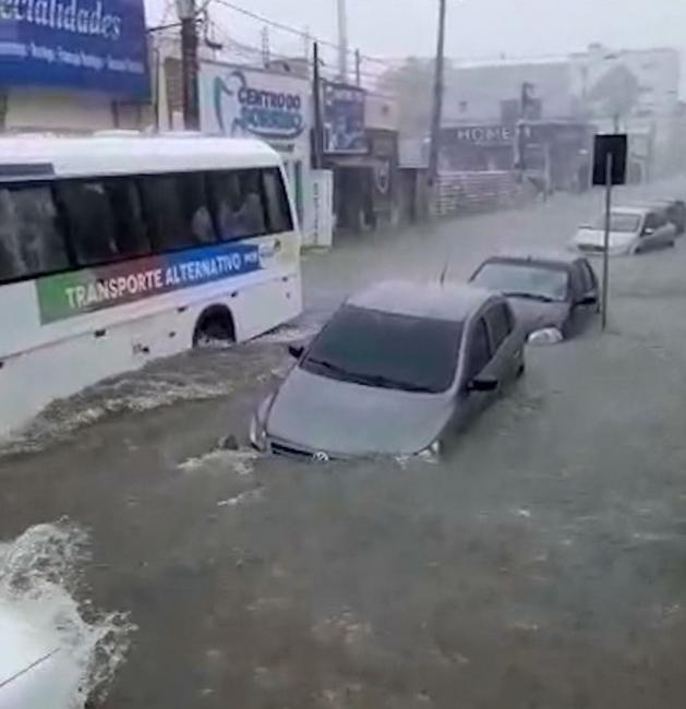 Chuva arrasta carros, alaga ruas e desabriga famílias no Maranhão
