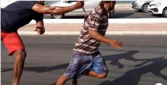 Vídeo mostra homem escapando de facada e atropelamento ao mesmo tempo no MA