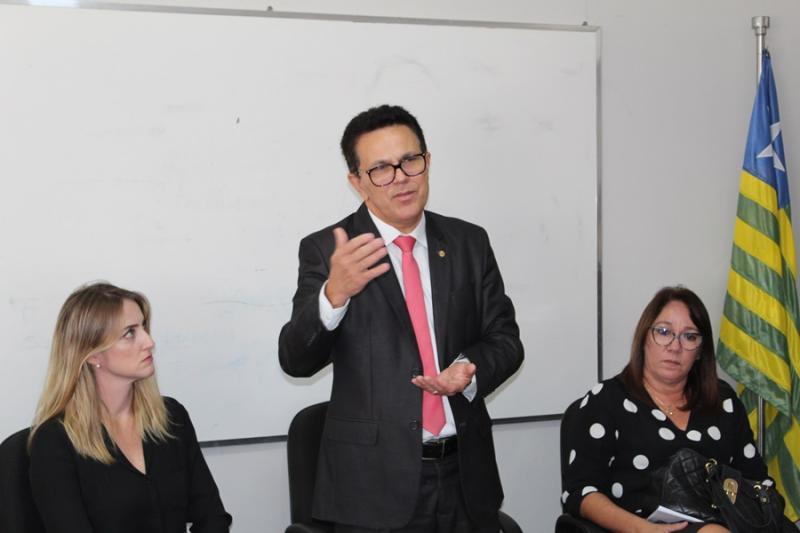 Zé Santana dá posse a novos socioeducadores do CEM