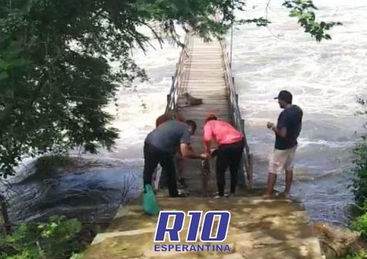 Passarela da Cachoeira do Urubu é interditada pelo Corpo de Bombeiros
