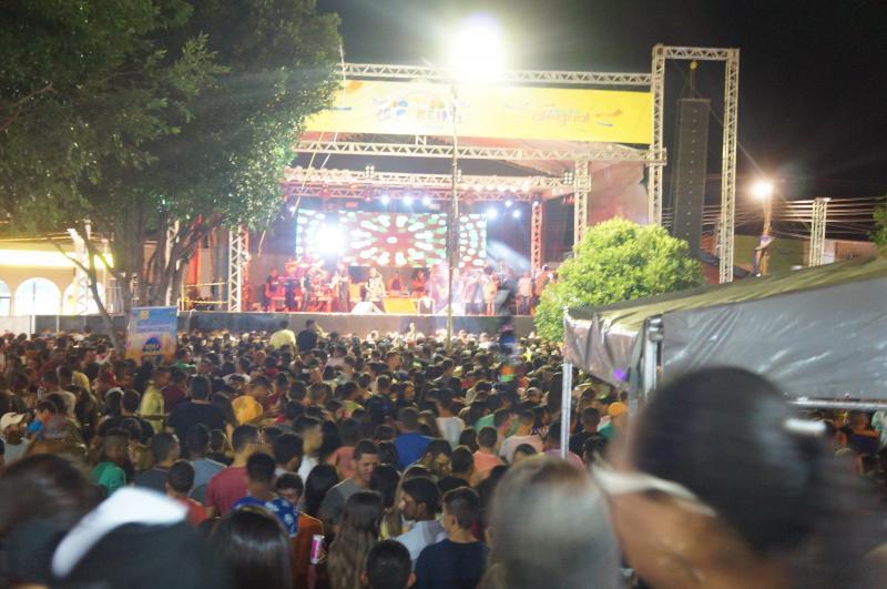 Vice-governadora, deputados e prefeitos prestigiam tradicional 'Zé Pereira' de São Pedro do Piauí