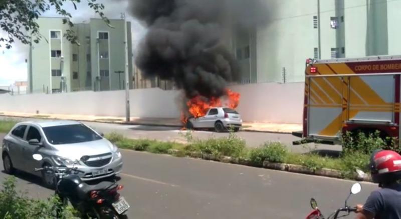Corpo de Bombeiros é acionado após carro pegar fogo em Teresina
