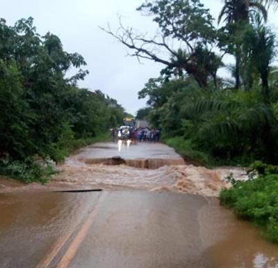 PI 130 que liga Nazária a Palmeirais rompe após fortes chuvas