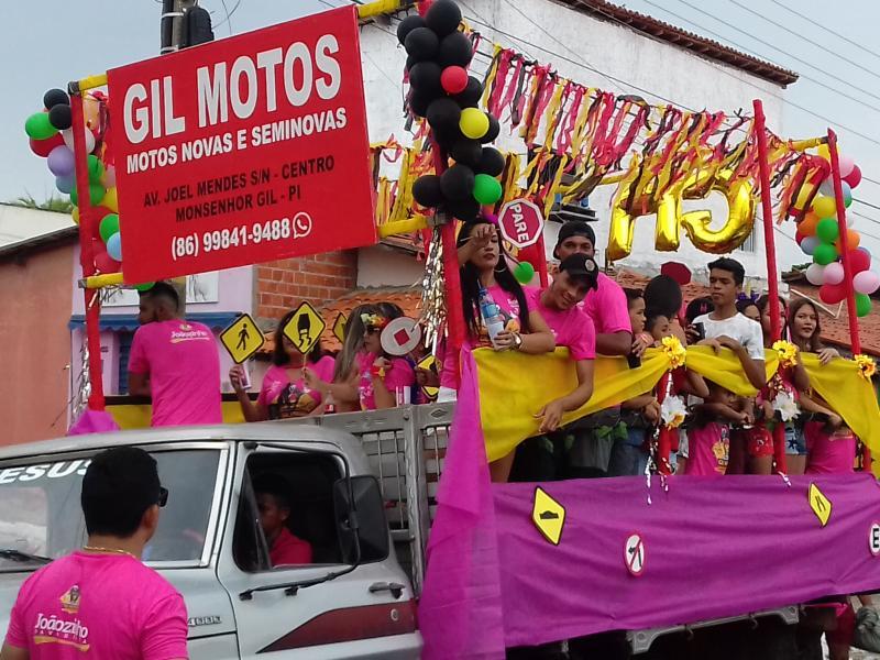Bloco carnavalesco 'Gil Motos' desfilou em corso com tema segurança no trânsito